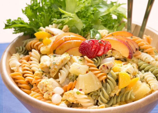 Hedelmäinen Broiler-pastasalaatti